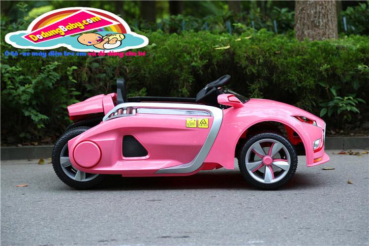 phía hông của xe ô tô điện trẻ em yh-809 màu hồng